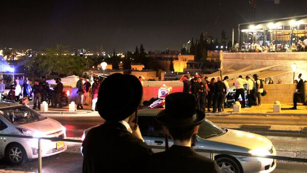 Прохожие наблюдают за действиями полиции в Иерусалиме. Архивное фото