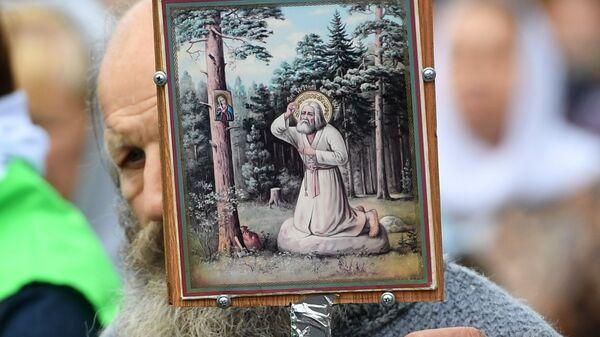 Участник крестного хода в праздник явления Казанской иконы Божией матери в Казани
