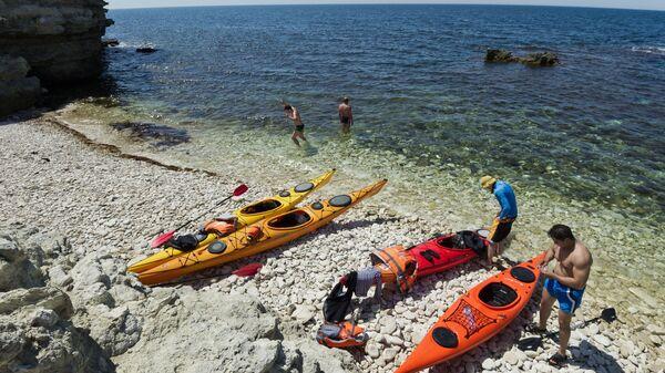 Туристы на берегу Черного моря на мысе Тарханкут в Крыму