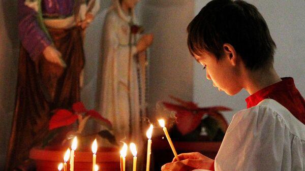 Мальчик-католик на праздничной службе в храме