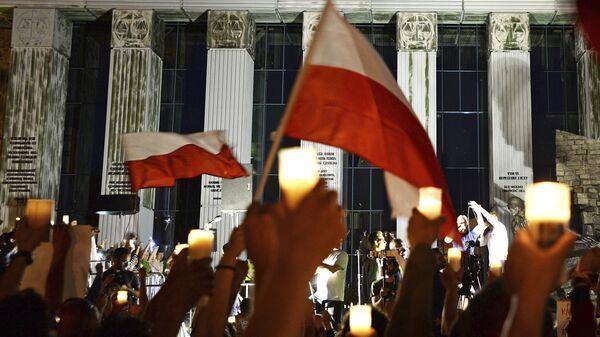 Свечи в руках антиправительственных демонстрантов напротив здания Верховного суда в Варшаве, Польша. 22 июля 2017