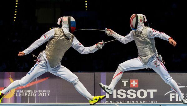 Россиянин Дмитрий Жеребченко и японец Тошия Саито на чемпионате мира по фехтованию в Лейпциге 23 июля 2017 года