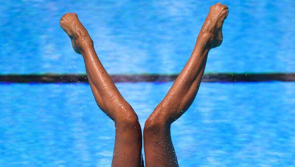 Констанца Ферро и Линда Черутти (Италия) выступают с технической программой в финальных соревнованиях по синхронному плаванию среди дуэтов на чемпионате мира FINA 2017