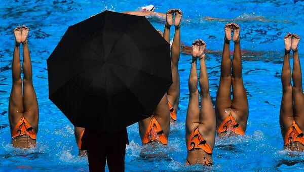 Спортсменки сборной КНДР во время разминки в финале технической программы групповых соревнований по синхронному плаванию на чемпионате мира FINA 2017