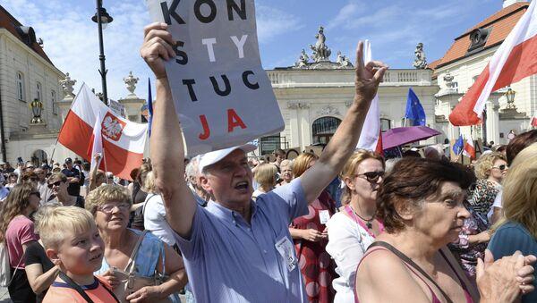 Люди кричат лозунги перед президентским дворцом в Варшаве, Польша. 24 июля 2017
