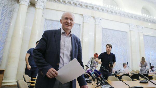 Исполняющий обязанности президента Российской академии наук Валерий Козлов после пресс-конференции