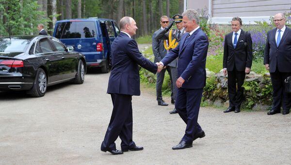 Президент РФ Владимир Путин и президент Финляндии Саули Ниинистё во время встречи в городе Савонлинна. 27 июля 2017