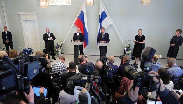 Президент РФ Владимир Путин и президент Финляндии Саули Ниинистё во время пресс-конференции в городе Савонлинна. 27 июля 2017