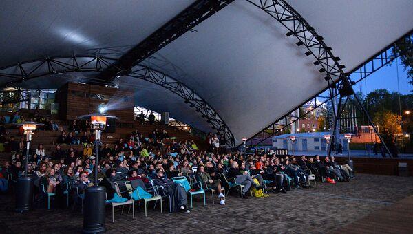 Зрители на открытии кинотеатра под открытым небом
