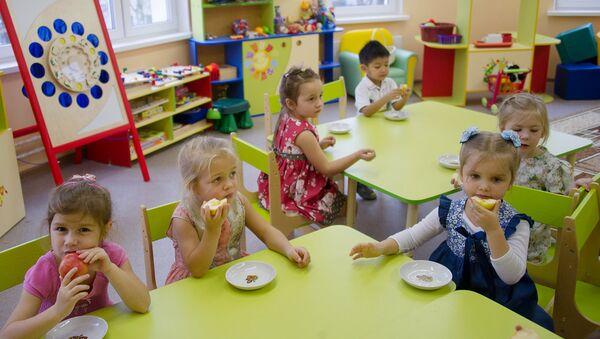 Дети в одном из детских дошкольных учреждений в Москве. Архивное фото