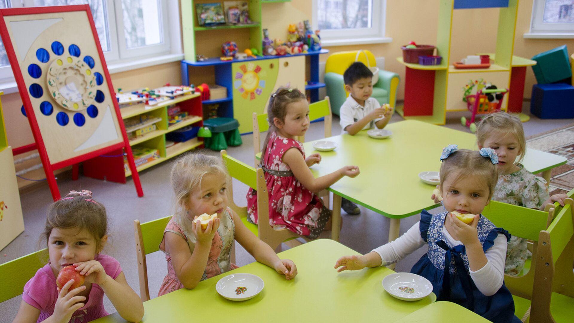 Дети в одном из детских дошкольных учреждений в Москве. Архивное фото - РИА Новости, 1920, 31.01.2020