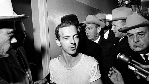 Ли Харви Освальд в полицейском участке в Далласе после допросов. 23 ноября 1963
