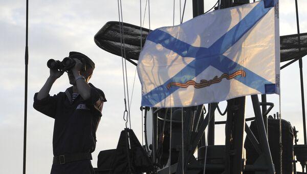 Моряк несет вахту на сигнальном мостике. Архивное фото