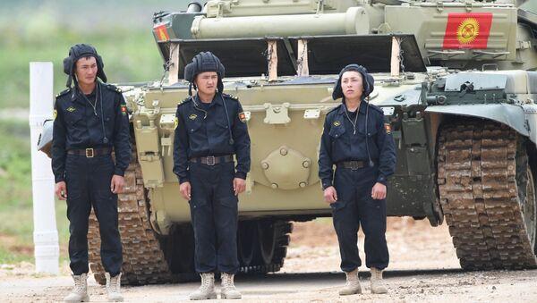 Участники индивидуальной гонки соревнований по танковому биатлону команды министерства обороны Киргизии Армейских международных Игр-2017 на подмосковном полигоне Алабино. 30 июля 2017