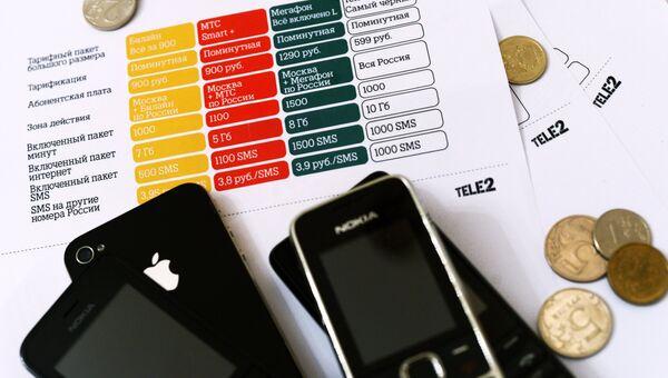 Тарифы мобильного оператора Tele2 в одном из салонов Москвы. Архивное фото