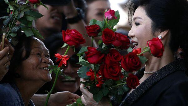 Бывший премьер-министр Таиланда Йинглак Чиннават приветствует своих сторонников в Бангкоке. 1 Августа 2017