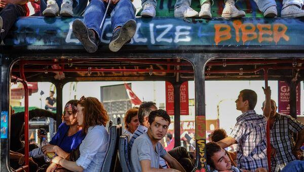 Горожане в революционном автобусе на площади Таксим в Стамбуле