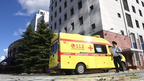 Автомобиль скорой медицинской помощи у здания Московского областного суда, в котором произошла перестрелка. Архивное фото