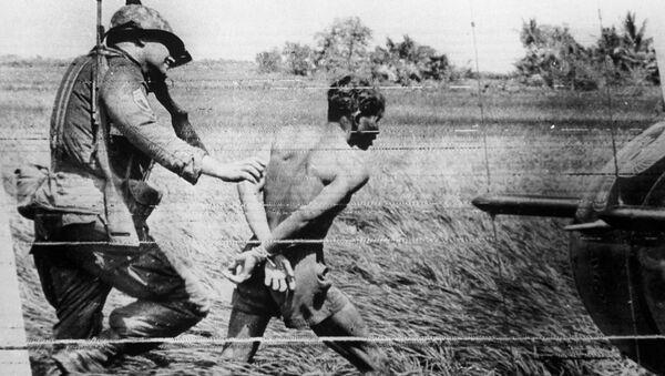 Американский солдат с арестованнным вьетнамцем. 1965 год