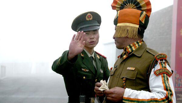 Солдаты Китая и Индии на пограничном переходе. Архивное фото