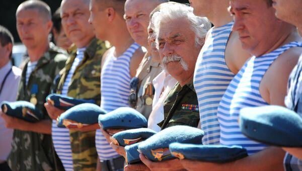 Участники во время праздничного молебна в День Воздушно-десантных войск у часовни Ильи Пророка на Старом кладбище в Чите