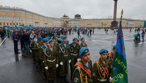 Десантники на Дворцовой площади в Санкт-Петербурге перед шествием к Марсову полю в День Воздушно-десантных войск