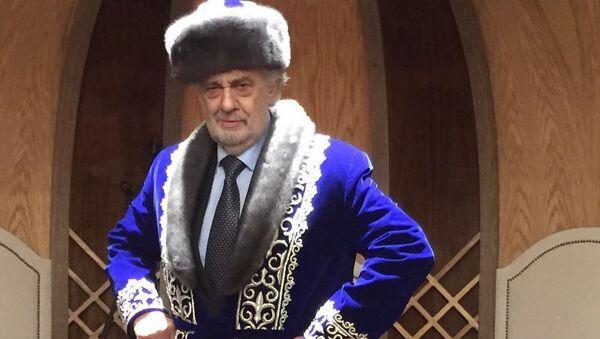 Оперный певец Пласидо Доминго в казахском топчане. 3 августа 2017