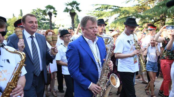 Мэр Сочи Анатолий Пахомов и Игорь Бутман во время шествия музыкантов фестиваля Sochi Jazz Festival