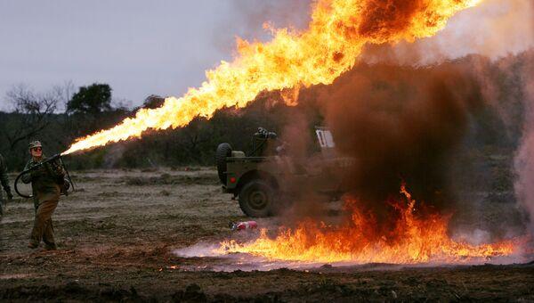 Демонстрация огнемета перед началом реконструкции сражения в Иводзиме на ранчо в Техасе