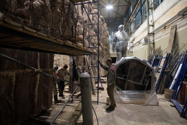 Рабочие закрепляют элементы конструкции монумента Стена скорби перед началом его транспортировки к месту установки в Москве