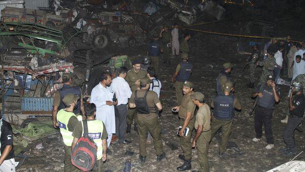 Сотрудники пакистанской службы безопасности на месте взрыва бомбы в Лахоре. 7 августа 2017