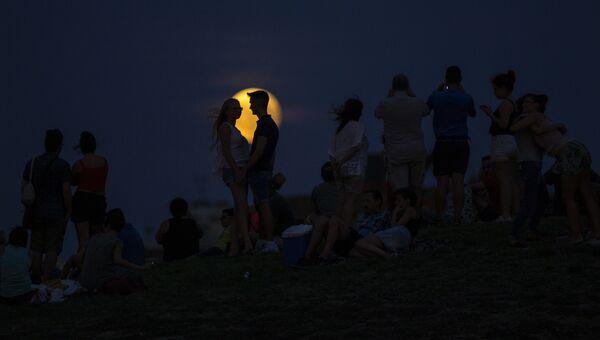 Частичное лунное затмение над парком Серро-дель-Тио-Пио в Мадриде