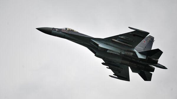 Самолет Су-35 во время показательных выступлений на всероссийском этапе международного конкурса Авиадартс-2015 в Воронеже