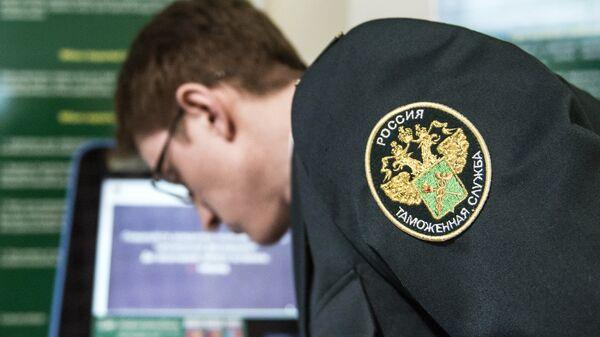 Сотрудник таможенной службы РФ в зале международного аэропорта Домодедово