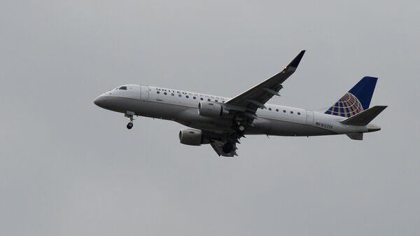 Самолет Эмбраер-175 авиакомпании United Airlines в небе над Вашингтоном