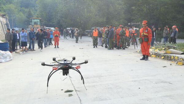 Военная полиция использует дрон в районе землетрясения в китайской провинции Сычуань