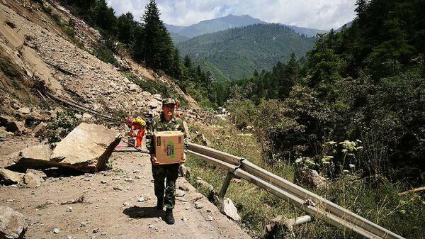 Военные во время перевозки спасательных средств в зону землетрясения, Китай