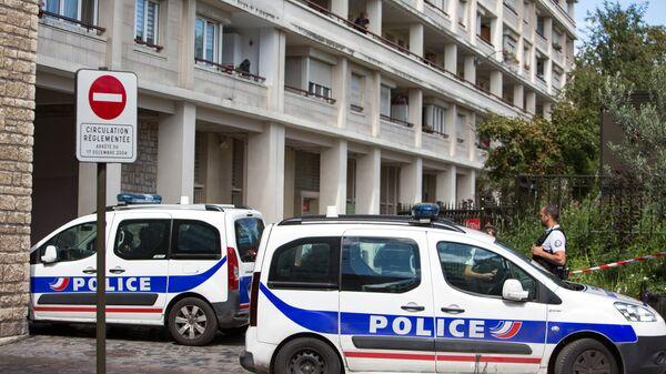 Сотрудники полиции на месте, где автомобиль наехал на группу военнослужащих в пригороде Парижа Леваллуа-Перре. 9 августа 2017
