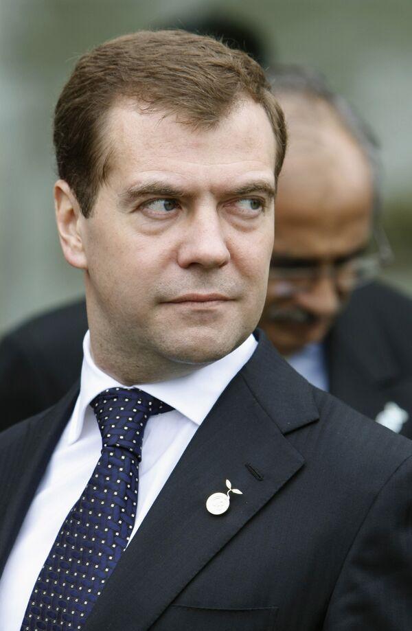 Президент России Дмитрий Медведев перед началом заседания глав государств и правительств группы восьми в расширенном формате в отеле Виндзор на острове Хоккайдо