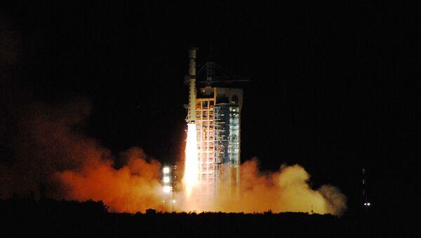 Старт ракеты-носителя со спутником. Архивное фото