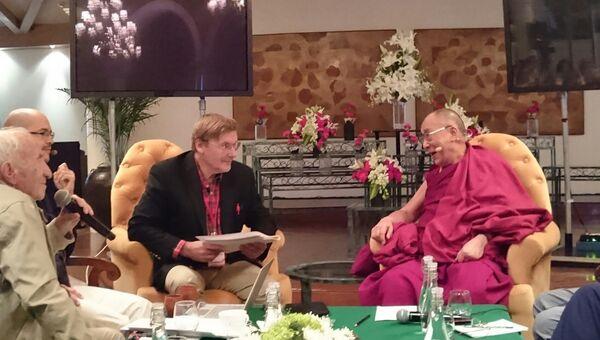 Далай-лама, российский нейробиолог Константин Анохин и специалист в области аналитической философии сознания профессор Давид Дубровский дискутируют о разных уровнях сознания