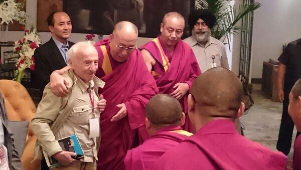 Далай-лама и специалист в области аналитической философии сознания профессор Давид Дубровский (Институт философии РАН) перед буддийскими монахами-учеными на первой совместной конференции российских и буддийских исследователей в Дели