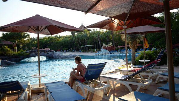 Девушка у бассейна одного из отелей в Анталье