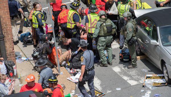 Раненым оказывают помощь после того, как автомобиль наехал на людей в американском городе Шарлоттсвилль. Архивное фото
