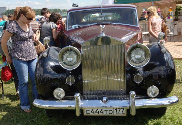 Посетители выставки ретро-автомобилей. Архив