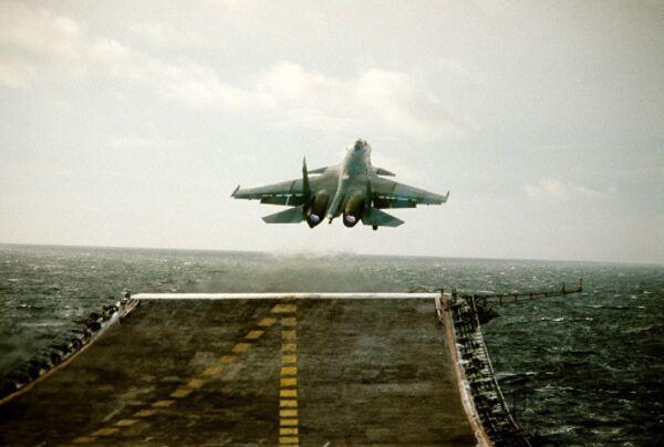 Истребитель СУ-27К взлетает с палубы авианосца Адмирал Кузнецов
