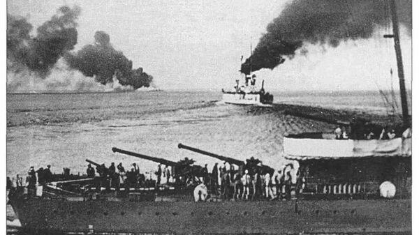 Линкор Воля уходит из Новороссийска 17 июня 1918 года. На переднем плане — оставшийся для затопления эсминец Керчь