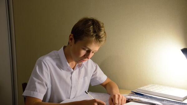 Подросток делает уроки