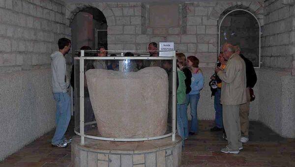 Каменная чаша для воды в Кане Галилейской