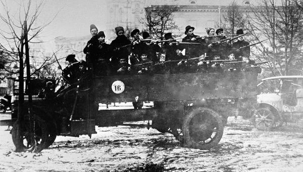 Отряд вооруженных красногвардейцев на грузовике в дни Октябрьской революции. Петроград